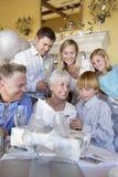 De Groetkaart van de grootmoederlezing door Kleinzoon wordt gegeven die Royalty-vrije Stock Foto