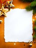 De groetkaart van Kerstmis met document op rode backg Stock Foto's