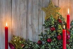 De groetkaart van Kerstmis met kaarsen Royalty-vrije Stock Foto's