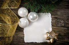 De groetkaart van Kerstmis op houten bovenkant royalty-vrije stock fotografie
