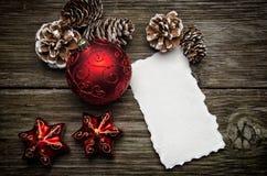 De groetkaart van Kerstmis op houten bovenkant royalty-vrije stock afbeelding