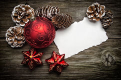 De groetkaart van Kerstmis op houten bovenkant royalty-vrije stock afbeeldingen