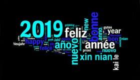 de groetkaart van 2019 op zwart, nieuw die jaar in vele talen wordt vertaald stock afbeelding