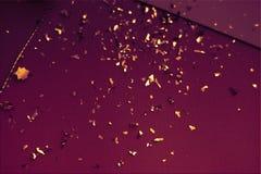 De groetkaart van Pasen Pasen-kaart met gouden confettien op oppervlakte Feestelijk modieus behang Het luxueuze thema van pastelk stock foto