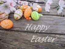 De groetkaart van Pasen met eieren en bloemen Royalty-vrije Stock Afbeeldingen