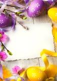 De groetkaart van Pasen van de kunst met Paaseieren Stock Afbeeldingen