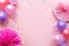 De groetkaart van de verjaardag Kleurrijke ballons en document bloemen op roze achtergrond Feestelijke of partijachtergrond vlak  stock foto's