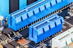 De groeven van PCI Express op computermotherboard stock foto