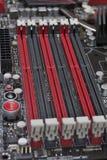 De groeven voor random access memory op motherboard sluiten omhoog stock foto