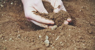 De grond van de landbouwersholding in handen Gebied stock footage