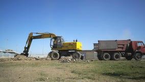 De grond van de graafwerktuiglading van bouwwerf van de Arena van stadionvolgograd in een kipwagenvrachtwagen stock video