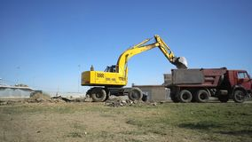 De grond van de graafwerktuiglading van bouwwerf van de Arena van stadionvolgograd in een kipwagenvrachtwagen stock footage