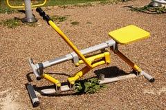 De grond van sporten in het park. De apparatuur van de geschiktheid. stock afbeeldingen