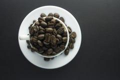De grondkoffie van koffiebonen en kop van zwarte koffie Royalty-vrije Stock Fotografie
