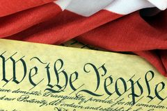 De Grondwet van de V.S. - wij de Mensen met Amerikaanse Vlag Stock Foto