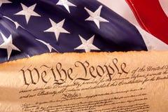 De Grondwet van de V.S. - wij de Mensen met de Vlag van de V.S. Royalty-vrije Stock Afbeeldingen