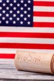 De Grondwet van Verenigde Staten op de vlagachtergrond van de V.S. royalty-vrije stock foto's
