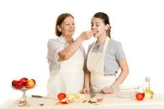 De grootmoeder en de kleindochter behandelen elkaar met appl Stock Afbeeldingen