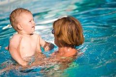 De grootmoeder en de kleinzoon zwemmen stock afbeeldingen