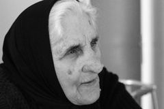 De grootmoeder herinnert geheugen Stock Fotografie