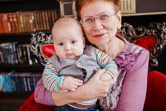 De grootmoeder houdt een helft-jaar-oude kleinzoon Royalty-vrije Stock Fotografie