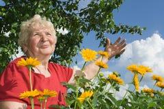 De grootmoeder keek aan de hemel stock foto