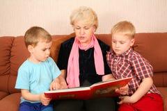 De grootmoeder las het boek Royalty-vrije Stock Foto's