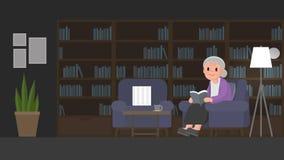 De grootmoeder leest een boek in studieruimte De hogere vrouw zit op een laag in studieruimte Stock Foto's