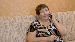 De grootmoeder, Oud Vrouwengebruik Smartphone, sluit omhoog stock videobeelden