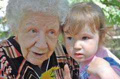 De grootmoeder vertelt kleindochter stock afbeeldingen