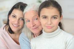 De grootmoedermoeder en dochter van drie generatiesvrouwen stock afbeelding