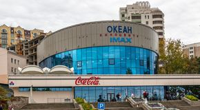 De grootste en oudste kinotetroceaan in van de binnenstad van de stad Van het Verre Oosten van Vladivostok Bioskoop met IMAX-Zaal stock afbeelding