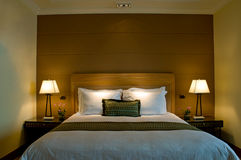 De groottebed van de koning in een vijfsterrenruimte van de hotelreeks Stock Foto