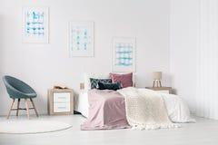 De groottebed van de koning in slaapkamer stock fotografie