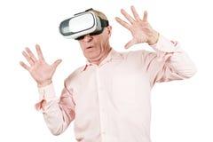 De grootvader bekijkt de VR-zonnebril, gebaren met zijn h royalty-vrije stock foto's