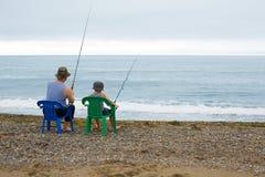 De grootvader en de kleinzoon gaan vissend Stock Foto's