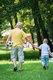 De grootvader en het kind hebben pret in park Stock Afbeeldingen