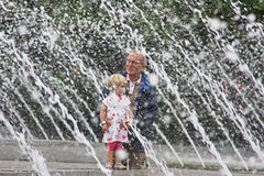 De grootvader en het kind van Berlijn bij waterfonteinen Stock Afbeeldingen