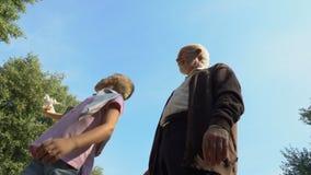 De grootvader geeft stuk speelgoed vliegtuig aan zijn kleinzoon, jongensdromen van het worden proef stock footage