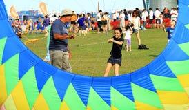 De grootvader onderwijst kleindochter vliegende vlieger Royalty-vrije Stock Foto's