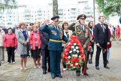 De grootvaderveteraan van de mensen militaire en oude mens van de Tweede Wereldoorlog in medailles de dag van overwinning Moskou, stock afbeeldingen