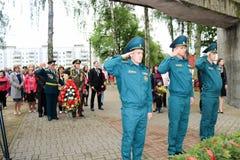 De grootvaderveteraan van de mensen militaire en oude mens van de Tweede Wereldoorlog in medailles de dag van overwinning Moskou, royalty-vrije stock afbeelding