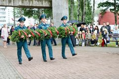 De grootvaderveteraan van de mensen militaire en oude mens van de Tweede Wereldoorlog in medaillesdag van overwinning Moskou, Rus royalty-vrije stock fotografie