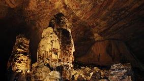 De grot die van Cacahuamilpade vormingen van de aardreis onderzoeken royalty-vrije stock fotografie