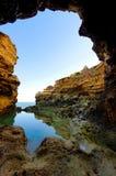 De grot en de bezinning in water stock foto