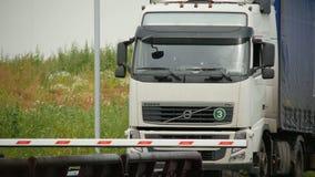 De grote Aandrijving van Volvo van Vrachtwagenmerken aan Schraag bij Controlepost stock footage