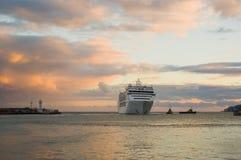 De grote aankomst van de schipavond in Yalta haven, de Oekraïne Stock Afbeelding