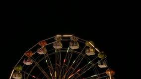 De grote aantrekkelijkheid die van de wielcarrousel langzaam in de nacht roteren stock video