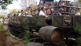 De grote Achtbaan van de Donderberg in Disneyland Parijs stock videobeelden