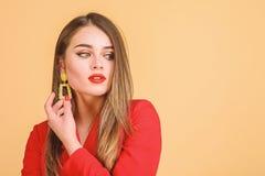 De Grote Bazaar van Istanboel - juwelenwinkel Meisjes model lang haar die gouden juwelenoorringen aantonen Dure toebehoren Modieu stock fotografie